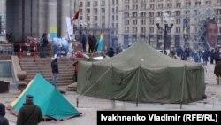 Киев марказий майдонига тикилган чодирлар.