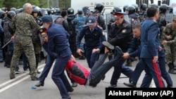 Полиция наразыларды ұстап әкетіп барады. Алматы, 9 маусым 2019 жыл.