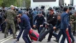 Кезектен тыс президент сайлауы күні Нұр-Сұлтан көшесінде азаматтарды ұстап жатқан полиция қызметкерлері. 9 маусым 2019 жыл.
