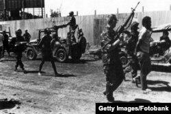 Американские морские пехотинцы и гренадские военнопленные
