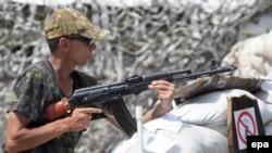 Украина -- Донецк шаарынан 25 чакырым аралыкта турган жикчилердин тосмосу. 23-июль, 2014