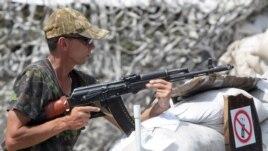 Ілюстраційне фото: бойовик угруповання «ДНР» під Донецьком, 23 липня 2013 року