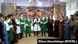 Начался праздник со звуков древнего абхазского духового инструмента абыкь, а потом 17 участников ансамбля «Ахьыштра» спели старинные обрядовые песнопения и показали театрализованное представление