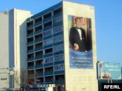 Портрет президента Казахстана Нурсултана Назарбаева на стене дома в Актау.