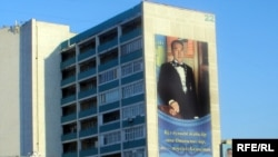 Ақтау қаласындағы тұрғын үйдің сыртқы қабырғасында президент Н.Назарбаевтың үлкен портреті ілінген. Желтоқсан, 2008 ж.