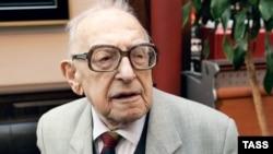 В свои 108 лет Борис Ефимов продолжал работать — писал мемуары и рисовал дружеские шаржи, принимал активное участие в общественной жизни