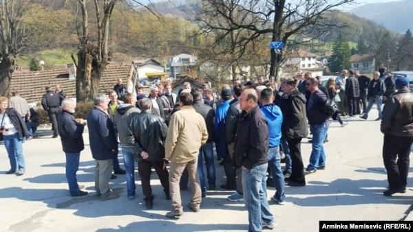 """Radnici """"Krivaje"""" iz Zavidovića, blokirali magistralnu cestu 18. mart 2016."""