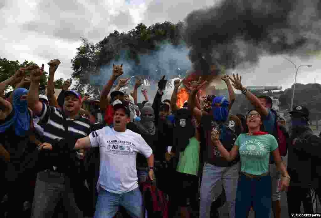 Опозиційні демонстранти скандують гасла в Каракасі