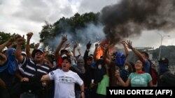 Венесуельські опозиційні демонстранти скандують гасла під час акції протесту проти уряду президента Ніколаса Мадуро. Каракас, 23 січня 2019 року