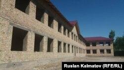 Здание строящейся школы в городе Джалал-Абаде.