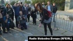 Ena Nedić spaljuje diplome ispred Skupštine Srbije, 12. maj
