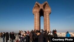 Туристы у мемориального комплекса «Коркыт-ата».