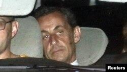 Ֆրանսիայի նախկին նախագահ Նիկոլա Սարկոզին ոստիկանության ավտոմեքենայով ժամանում է ֆինանսական հետաքննությունների բաժանմունք, 1-ը հուլիսի, 2014թ․