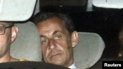 Задержанный экс- президент Франции Николя Саркози в полицейской машине, 1 июля 2014
