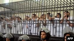 متهمون مصريون في قفص الإتهام