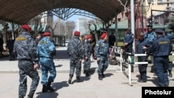 Сотрудники полиции в Маштоцком саду в Ереване