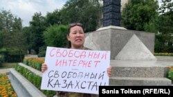 Гражданская активистка Анна Шукеева c плакатом с призывом против ограничения конфиденциальности пользователей интернета и против интернет-цензуры. Нур-Султан, 26 июля 2019 года.