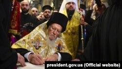 Патриарх Варфоломей подписывает томос о предоставлении автокефалии Православной церкви Украины, 5 января 2018 года