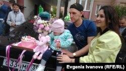 Милана, ее родители и волонтеры, помогавшие в сборе