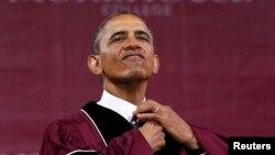 Президент США Барак Обама перед выступлением на выпускной церемонии в колледже Морхауз в Атланте