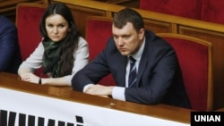 Судді Печерського районного суду Києва Оксана Царевич і Віктор Кицюк на засіданні парламенту, 4 березня 2015 року