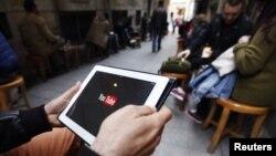 Туркиялик интернет фойдаланувчи YouTube хизматига киришга уринмоқда.