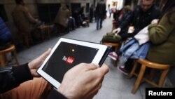 Turkiyalik internet foydalanuvchisi YouTube tarmog'iga kirishga urinmoqda.