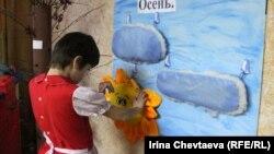 Ученица специализированной школы для детей с ограниченными возможностями. Иллюстративное фото.
