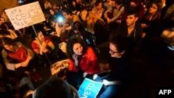 Протесты под зданием парламента в Будапеште против закона, согласно которому может прекратить свою деятельность в стране университет фонда Сороса, 4 апреля 2017