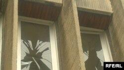 """Тирезҳои шикастаи """"Кохи ваҳдат"""" дар субҳи ваҳмангези 14 ноябри соли 2007."""