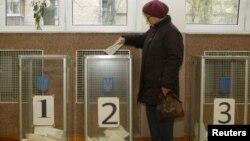 Женщина голосует на парламентских выборах. Киев, 28 октября 2012 года.