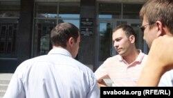 Міхась Пашкевіч (у цэнтры) ля Міністэрства адукацыі.