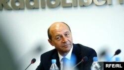 Președintele Traian Băsescu în cursul vizitei efectuate la sediul Radio Europa Liberă din Praga în 2009
