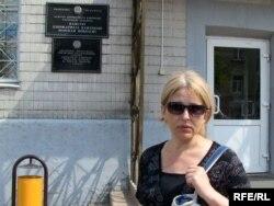 Натальля Пінчук каля будынку ДФР