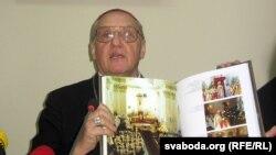 Тадэвуш Кандрусевіч паказвае ўкладзены сёлета альбом да 300-годзьдзя менскай архікатэдры.