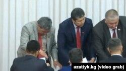 Депутаты парламента Кыргызстана во время голосования по кандидатурам в спикеры. Бишкек, 20 апреля 2016 года.