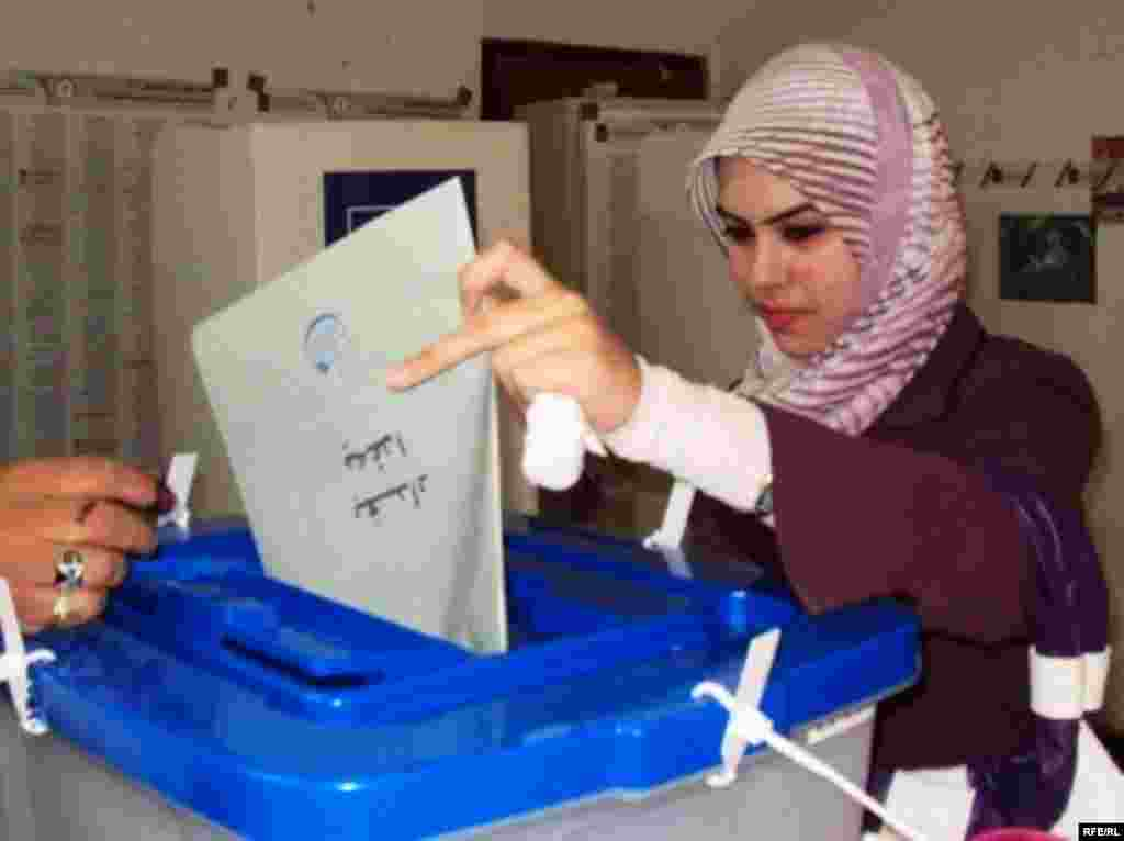 An Iraqi woman in Baghdad casts her vote. (Photo: Radio Free Iraq)