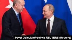 Vladimir Putin (sağda) və Recep Tayyip Erdogan martın 5-də danışıqlardan sonra