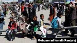 آرشیف، شماری از کودکان فروشنده خریطههای پلاستیکی در شهر کابل