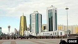 Ақорданың алдын тазалап жүрген жұмысшы. Астана, 10 сәуір 2007 жыл.