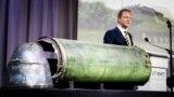 Голова Міжнародної слідчої групи Фред Вестербеке під час виступу. А на столі частини ракети російської установки «Бук», яка знищила «Боїнг» на Донбасі влітку 2014 року. Нідерланди, 24 травня 2018 року