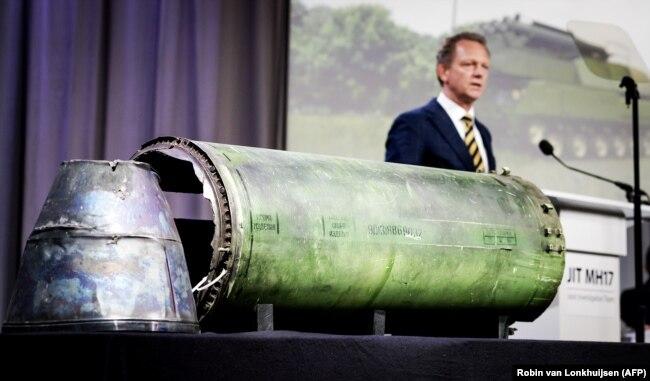 Голова міжнародної Спільної слідчої групи Фред Вестербеке під час виступу. А на столі частини ракети російської установки «Бук», яка знищила «Боїнг» на Донбасі влітку 2014 року. Нідерланди, 24 травня 2018 року