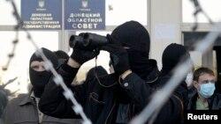 Про-російські активісти біля входу в будівлю Донецької ОДА, 8 квітня 2014 року