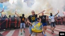 Фанати «Дніпра» і «Металіста» під час спільного маршу на підтримку єдності України в Харкові, 27 квітня 2014 року