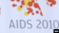 Логотип 18-ой международной конференции по ВИЧ/СПИДу. Вена, 18 июля 2010 года. Иллюстративное фото.