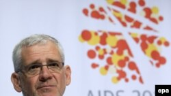 The president of the International AIDS Society, Julio Montaner, accused the leading developed and developing countries of failing to carry on the fight to the next stage.