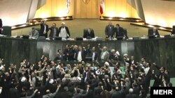 یک روز پس از تظاهرات ۲۵ بهمن شماری از نمایندگان مجلس شورای اسلامی در جلسه علنی مجس شعارهای تندی علیه رهبران مخالفان سر داده و از جمله خواستار اعدام میرحسین موسوی و مهدی کروبی شدند.