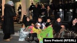 Noć pred zgradom Vlade Crne Gore: Korisnice naknada ispred policije