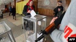 Вооруженные люди на избирательном участке в день так называемого референдума в Донецкой и Луганской областях Украины. Донецк, 11 мая 2014 года.
