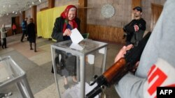 مردان مسلح هوادار روسیه در پای صندوقهای رای در همه پرسی روز یکشنبه در دونتسک